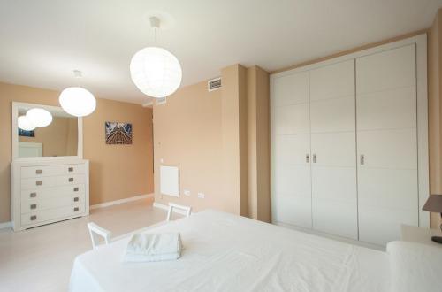 Dormitorio con cama, aparador y armario