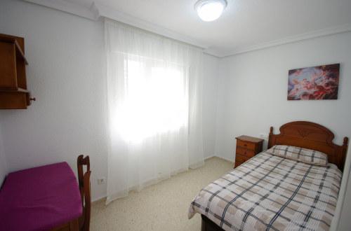 Dormitorio con cama mediana