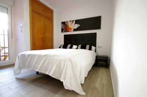 Dormitorio con una cama doble