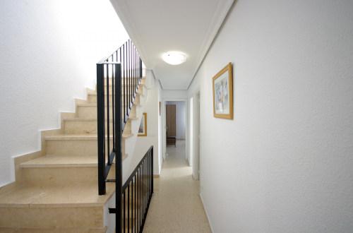 Escaleras y pasillo