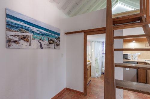 Escaleras, cocina y baño