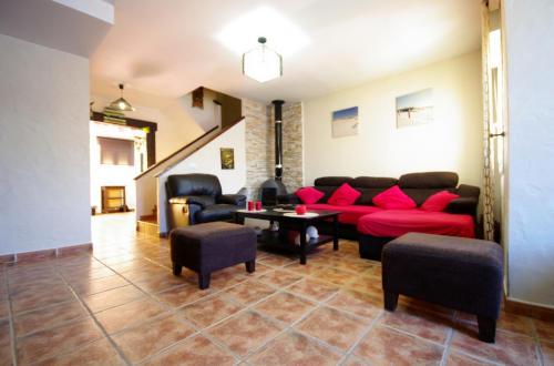 Salón con sofá y chimenea
