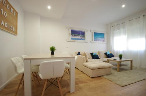 Foto del salón con mesa y sofá