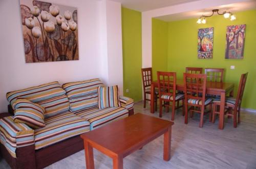 Salón con sillas y mesa