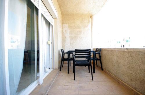 Terraza con sillas y mesa