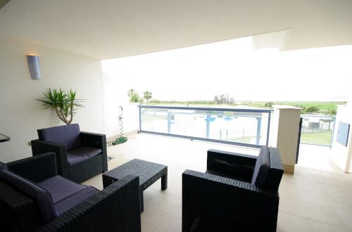 Terraza con sillones y mesa de exterior
