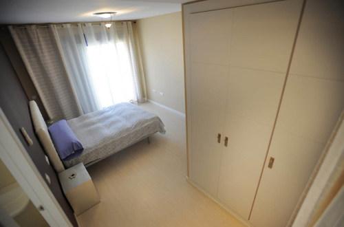 Armario y cama del dormitorio